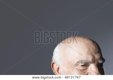 Closeup Glatzenbildung Alter Mann gegen grauen Hintergrund