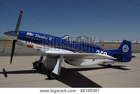 Personalizado P51 Mustang mostra cores no California Air Show