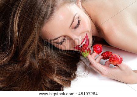Sexy Junge Frau mit roten Erdbeeren gepflückt auf Fingerspitzen, isolated on white background