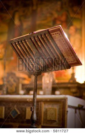 Atril en el Altar con una Biblia.