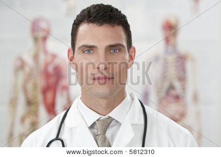 Hombre médico en el Hospital con gráficos de anatomía humana