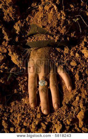 Uma mulher de mão enterrada depois de seu assassinato