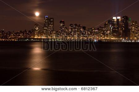 Luna es sobre Manhattan