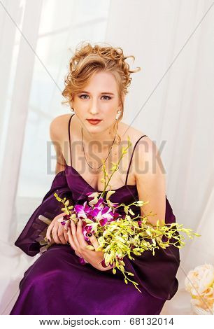 Fashion Beauty Model Girl with Flowers