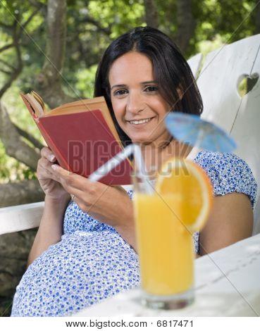 Mujer embarazada en una silla Adirondack