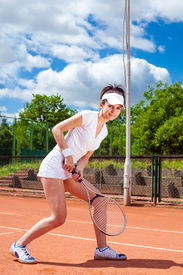 picture of youg  - Youg pretty giel playing tennis on cort - JPG
