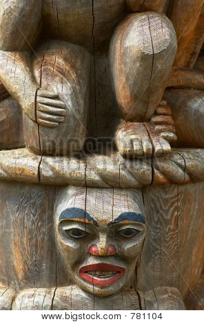 Totem pole: Kneeing legs
