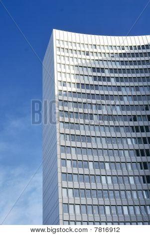 Moderne Büro-Gebäude vor einem blauen Himmel