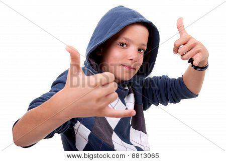 Junge mit seinen Händen Aufstieg oben Isolated wie ein Zeichen für alles Cool, On White Background