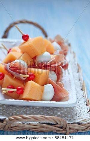 Appetizer with melon, cheese and ham
