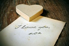 foto of i love you mom  - a cardboard heart and and old sheet of paper with the tex I love you - JPG