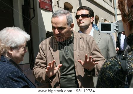 Garry Kasparov and Marina Khodorkovskaya, the mother of Mikhail Khodorkovsky near the building of Ha