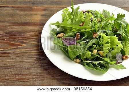 Salad with spinach, arugula, lettuce, herbs and nuts