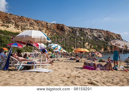 Sunbatning At Golden Bay In Malta
