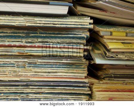 Zwei Stapel Alter Zeitschriften