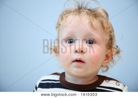 Niño con los ojos muy abiertos