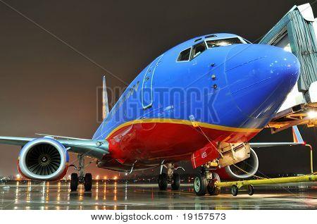 Southwest Airlines Flugzeug am scheidenden Tor bei Nacht