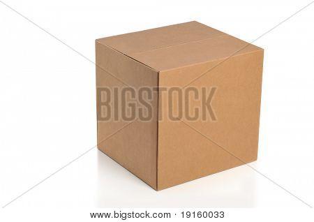 Caja de cartón aislada sobre un fondo blanco