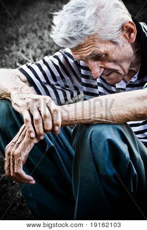 Senior solitario sentirse muy triste