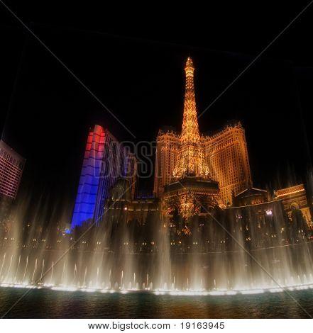 """LAS VEGAS-02 de maio: Dançando musicais fontes do Bellagio Hotel em Torre Eiffel do hotel b """"Paris"""""""