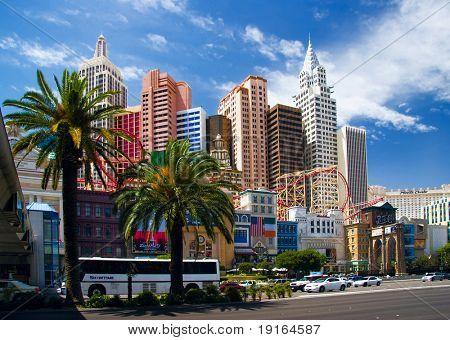 LAS VEGAS - 2 de mayo: Automóviles y autobuses turísticos viajan pasado el Hotel New York, New York & Casino o