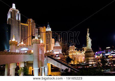 LAS VEGAS - Mai 1: Verkehr bewegt sich vorbei an der New York New York Hotel & Casino auf 1. Mai 2007 in Las Ve