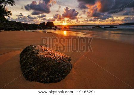 tropischen Sonnenuntergang. Strand von Surin. Insel Phuket. Königreich thailand