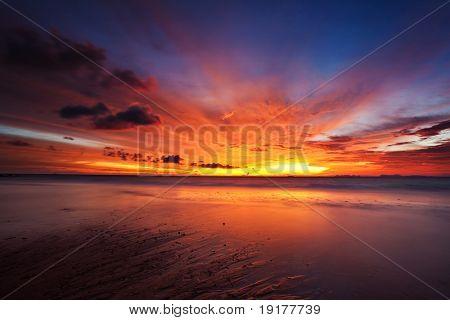 Lindo pôr do sol no mar tropical