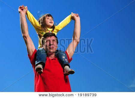 Großvater mit Enkelin unter blauen Himmel