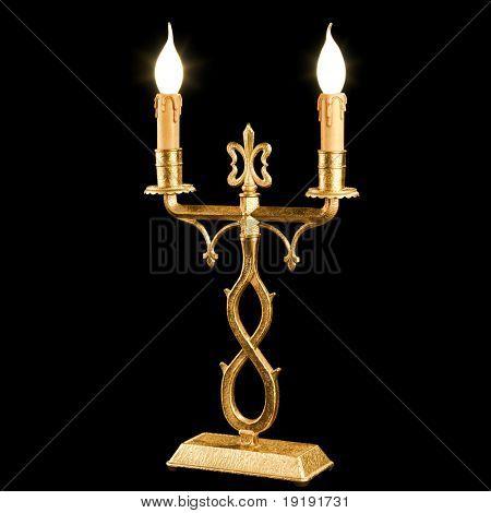 Kerzenhalter im Vintage-Stil auf schwarzem Hintergrund isoliert