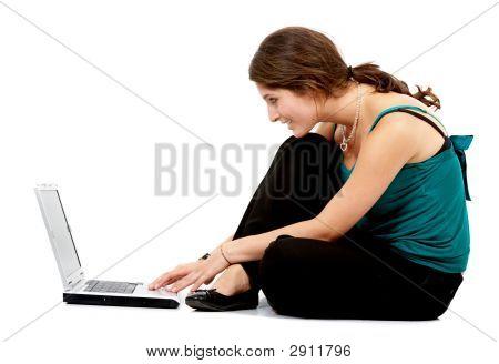 Mujer que trabaja en un ordenador portátil