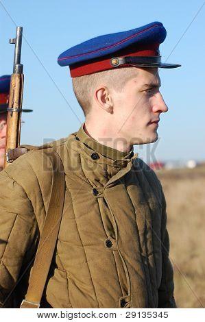 Kiew, UKRAINE - NOV 9: Person in Soviet WW2 Militäruniform des NKWD (KGB) Mitglied der Militärgeschichte