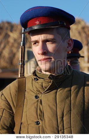 KIEV, Ucrania - 9 de NOV: Persona en uniforme militar soviético WW2 de miembro de la NKVD (KGB) de la historia militar