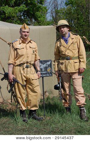 Kiew, Ukraine Mai 9: Mitglieder eines Clubs Militärgeschichte tragen einen historischen deutschen Fallschirmspringer Tropi