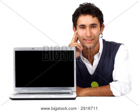 Hombre casual con un ordenador portátil