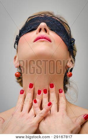 Mulher com máscara de renda preta