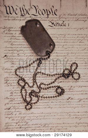 Liberdade não é livre. Tag de cão na Constituição americana.