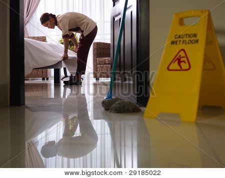 Mädchen bei der Arbeit und Reinigung im Luxuszimmer