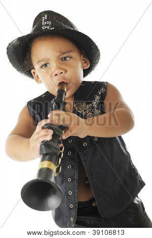 Clarinetista preescolar adorable, intenso en un brillante fedora y chaleco de cuero negro.  En un blanco b