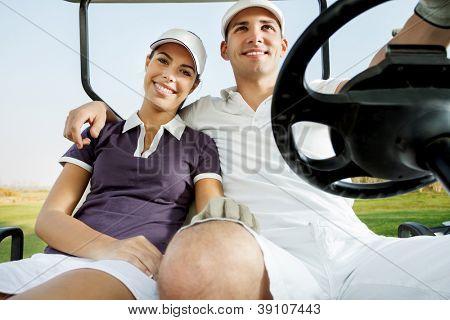 casal, desfrutando de um jogo de golfe, condução de carro de golfe