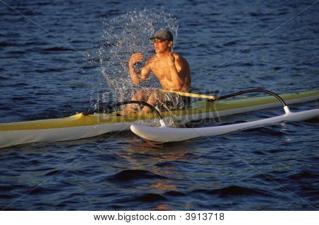 Homem espirrando o rosto depois de andar de barco no Oceano