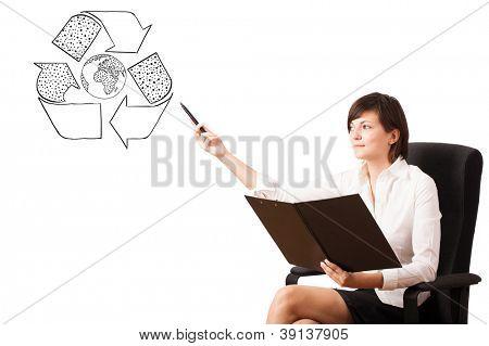 Jovem apresentando reciclar Globo no quadro isolado no branco