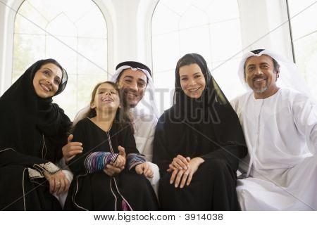 nahöstlichen Familie sa lächelnd zu Hause zusammen