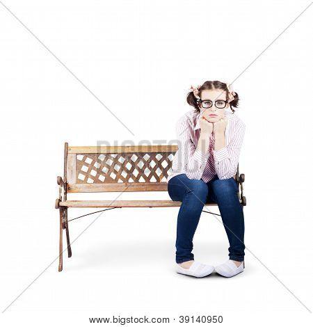 Retrato de una mujer solitaria triste sola en Banco del Parque