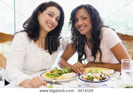nahöstliche Frauen saß am Tisch essen