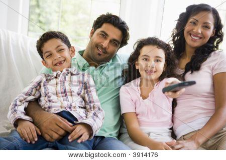 Nahen Osten Familie zu Hause auf dem sofa