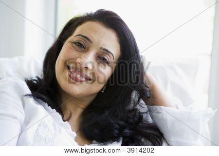 Portrait des Nahen Ostens Frau zu Hause