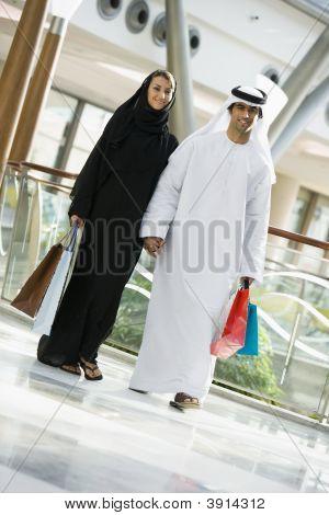 Midden-Oosten paar wandelen door winkelcentrum met zakken