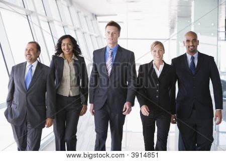 Nahen Osten / westliche Geschäftsleute zu Fuß nach unten Korridor