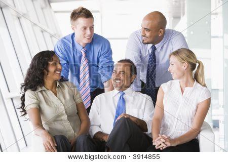Nahen Osten / westliche Geschäftsleute, saß auf dem sofa